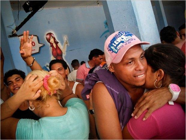 В венесуэльской тюрьме открылся ночной клуб со стриптизершами. Изображение № 1.