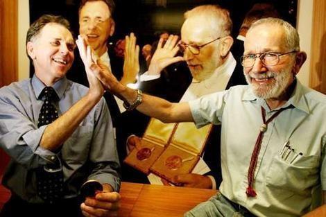 Нобелевские лауреаты по медицине Барри Маршалл и Робин Уоррен отбивают пять. Изображение № 2.