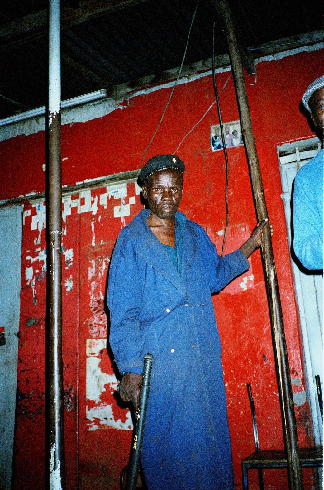 Сутенёры, лучники и золотая молодёжь: Фоторепортаж о ночной жизни в Уганде. Изображение № 10.