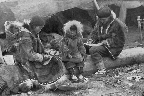 Предшественником анораков можно считать одежду эскимосов. Изображение №2.