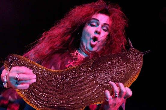 Выложены фото рок-музыкантов с огромным слизнем вместо гитары. Изображение № 4.