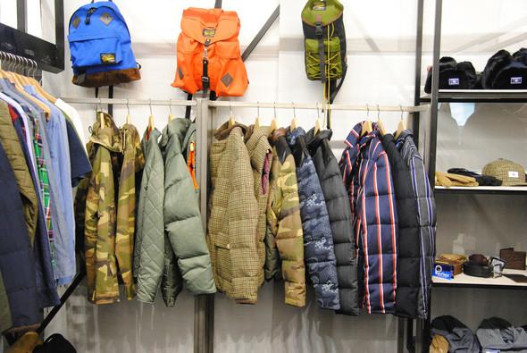 Кроме основной коллекции у Penfield есть линия Black Bear by Penfield. Именно в ней появились твидовые куртки с вельветовым воротником, такой же жилет, темно-синяя куртка в цветок и куртка в ту самую полоску, которая отчаянно напоминает вещи Thom Brown. Изображение № 20.
