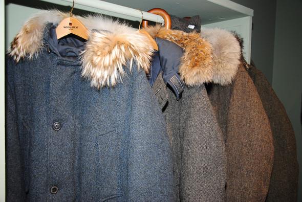 Твидовые снаружи куртки представили в нескольких цветах и даже с меховой отделкой на капюшоне каждой модели.. Изображение № 8.