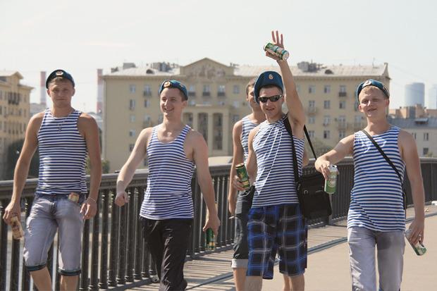 Многие десантники приехали на свой праздник из других городов и не знали дороги к Парку Горького. Изображение № 1.