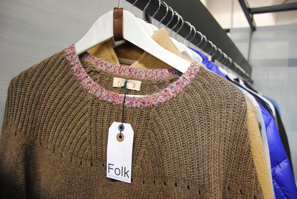 Свитер был бы ничем не примечателен без канта по краю воротника. Под свитером отлично будет смотреться рубашка из денима. Изображение № 4.