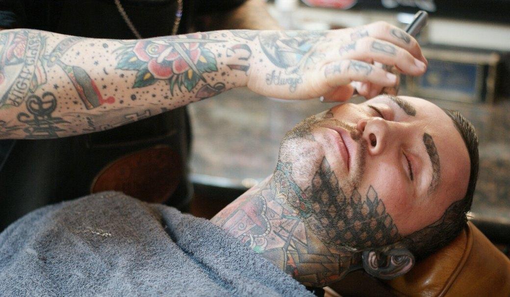 На лбу написано: Путеводитель по татуировкам на лице. Изображение №13.