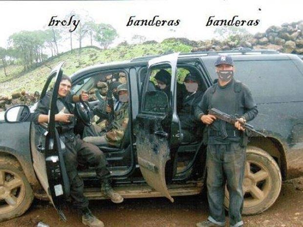 В сети нашли члена мексиканского наркокартеля, который любит делать селфи. Изображение № 11.