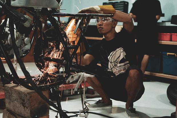 Гонки по пляжу, серфы и бесконечное лето: Репортаж из мастерской Deus Ex Machina на острове Бали. Изображение №9.