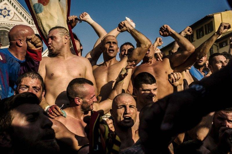 Как выглядит самая кровожадная разновидность футбола —кальчо флорентино. Изображение № 39.