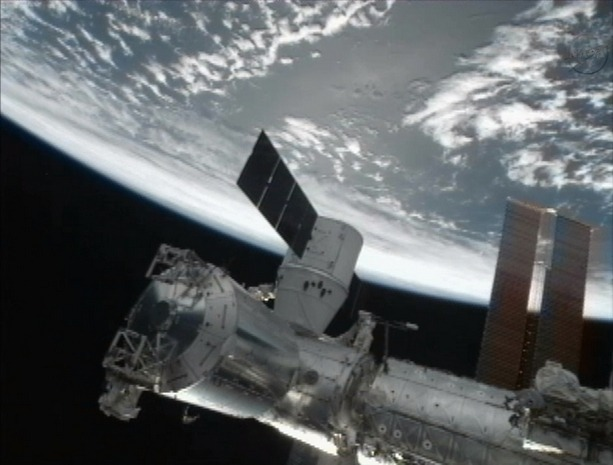 Первый частный космический грузовик пристыковался к МКС. Изображение № 2.
