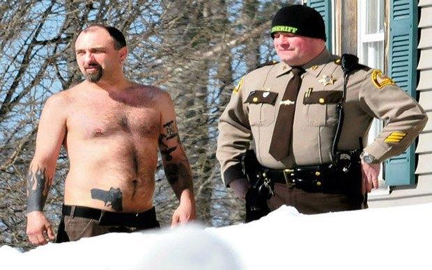 Полицейские арестовали мужчину за вытатуированный пистолет. Изображение № 1.