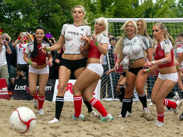 Датские порноактрисы обыграли немецких в футбол. Изображение № 3.