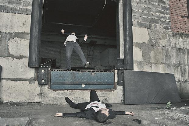 Бегун Дима падает от пули. На бетонном полу уже второй час лежит и притворяется трупом звуковик. Изображение № 6.