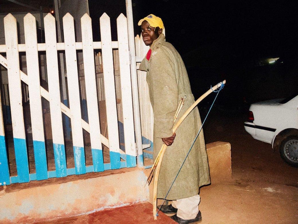 Сутенёры, лучники и золотая молодёжь: Фоторепортаж о ночной жизни в Уганде. Изображение № 14.