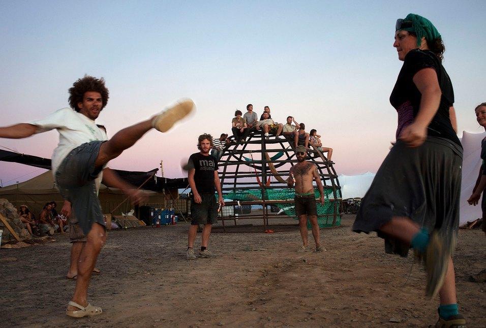 Как развлекаются посетители фестиваля Burning Man в африканской пустыне. Изображение № 21.