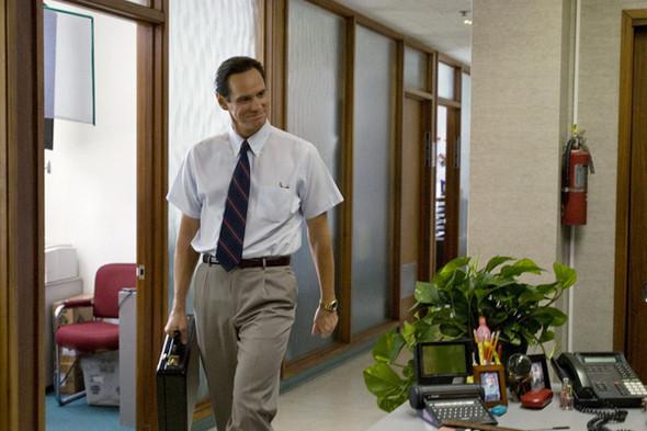Джим Керри что в рубашке с коротким рукавом, что с длинным — все равно комичен. Кадр из фильма «Я люблю тебя, Филипп Моррис». Изображение № 6.