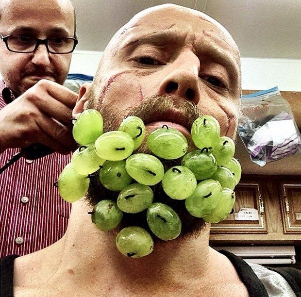 Норвежский актер превратил свою бороду в праздничные свечи. Изображение № 1.