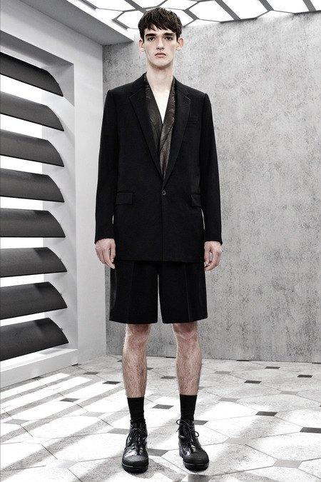 Французский бренд Balenciaga опубликовал лукбук новой коллекции. Изображение № 20.