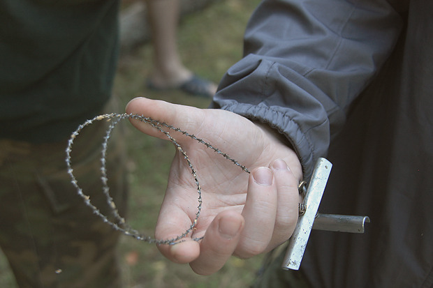 Это армейская пила. При помощи такой борцы срубили дерево. Изображение № 29.