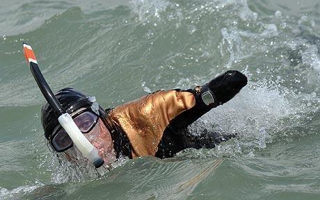 Лишенный рук и ног спортсмен Филипп Кроизон планирует совершить кругосветный заплыв. Изображение № 1.