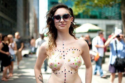 В 30 городах мира женщины устроили шествия топлес . Изображение № 1.