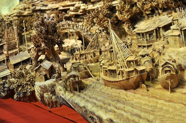 Китайский мастер попал в «Книгу рекордов Гиннесса» за самую длинную скульптуру из дерева. Изображение № 5.