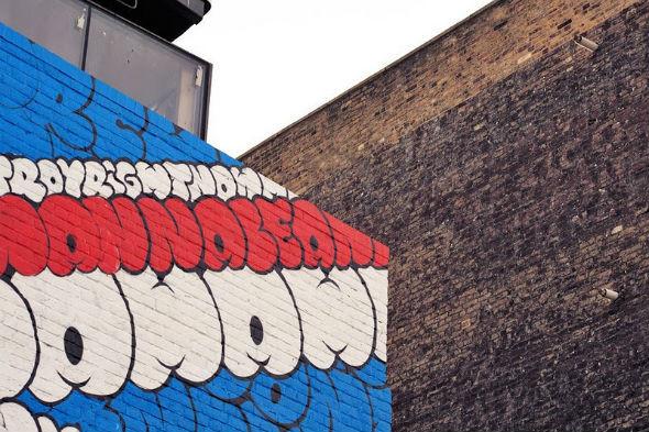 Граффити британского флага, составленное из текста песни Sex Pistols. Изображение № 4.