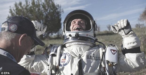 Австрийский парашютист совершил прыжок из стратосферы с высоты 29 км. Изображение № 7.