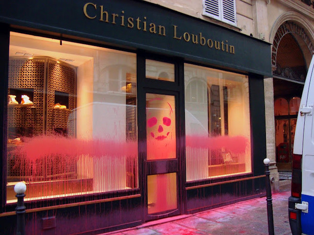 Парижский вандал Kidult: Зачем уличный художник портит фасады дорогих бутиков. Изображение № 7.