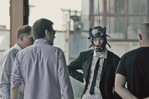 Режиссер Илья Найшуллер объясняет трейсеру следующую сцену. Изображение № 2.