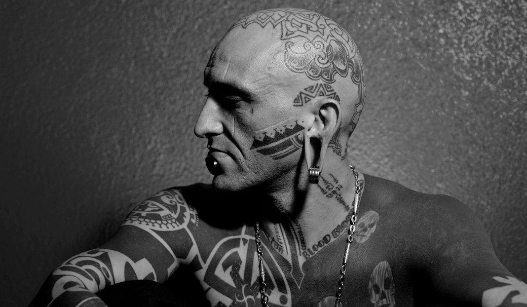 На лбу написано: Путеводитель по татуировкам на лице. Изображение №6.