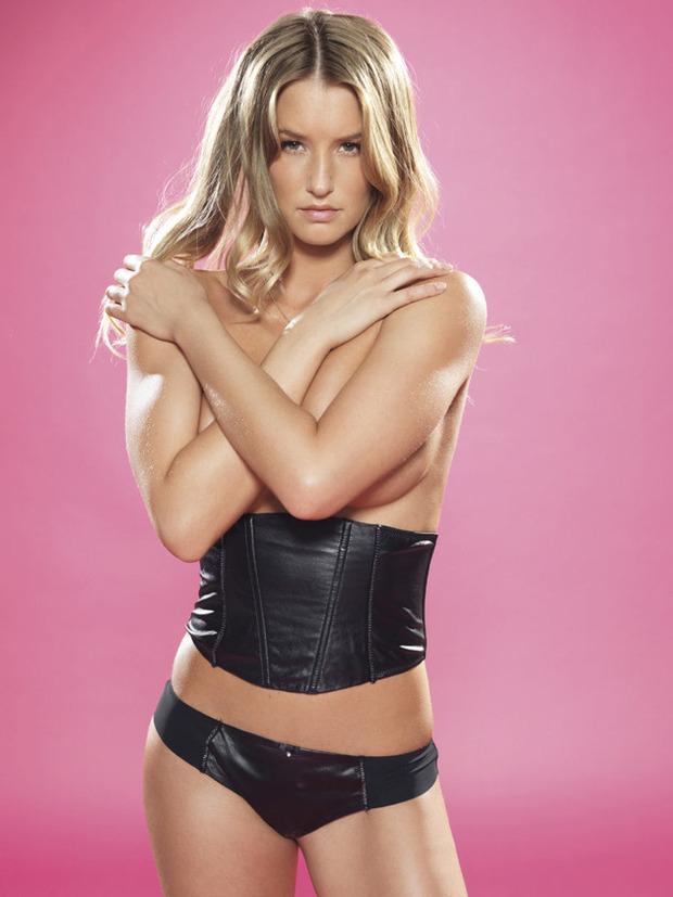 Английская модель Даника Тралл снялась для журнала Nuts. Изображение № 2.