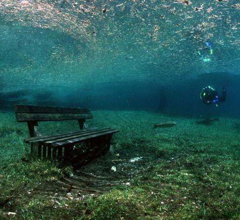 Фотограф Herbert Meyrl. Скамейки под водой