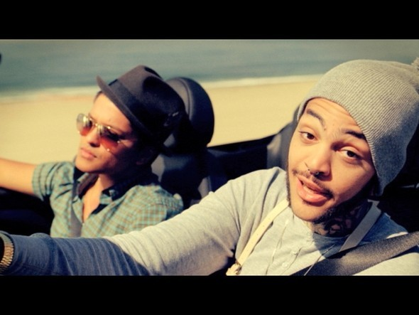 Travie McCoy ft. Bruno Mars — Музыка на Look At Me