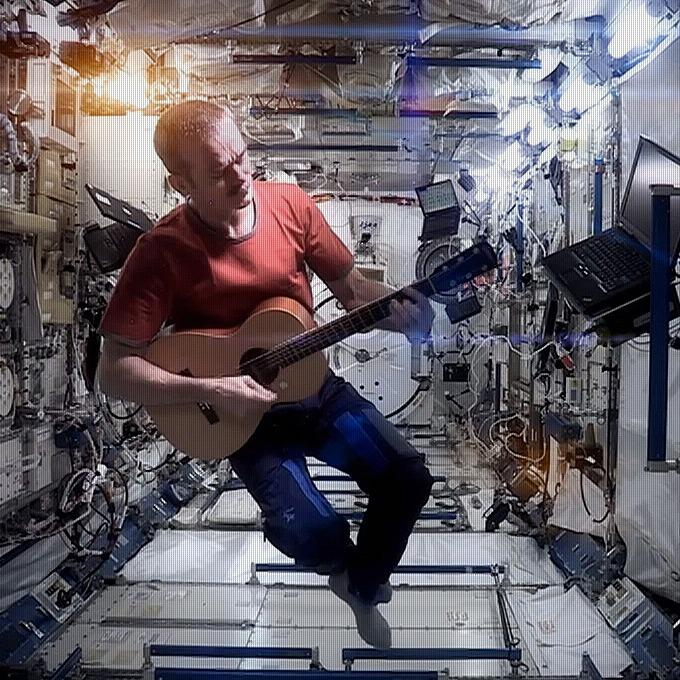 5 неожиданных уроков Криса Хадфилда по выживанию в космосе — Списки на Look At Me