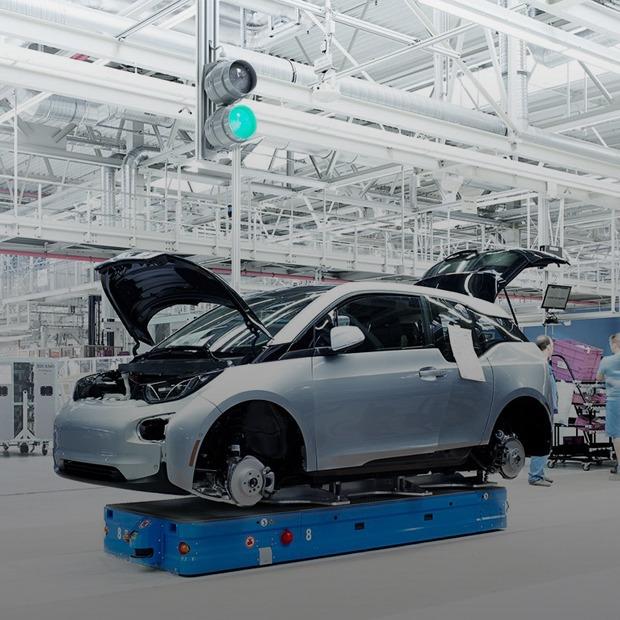 Фабрика BMW авторства Захи Хадид вызывает мурашки у роботов