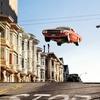 Ретро авто парят в воздухе