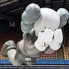 Стрит-арт-художник KAWS создал скульптуру для Дня благодарения