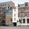 В Лондоне появился перевёрнутый вверх дном дом