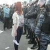 Девушка босиком гордо смотрит на войска ОМОН