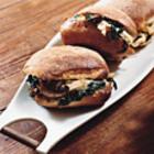 Теплые куриные сендвичи со шпинатом, сыром и грибами