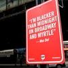 На улицах Нью-Йорка появляются знаки с цитатами рэперов