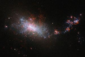 Фото дня: маленькая галактика с молодыми звёздами