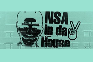 Художник в знак протеста спроецировал второе граффити на посольство США в Берлине