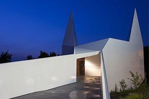 В Германии построили похожую на Бэтмена церковь