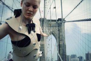 Девушка-арфа выступила на Бруклинском мосту