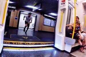 Видео дня: житель Лондона устроил соревнование с поездом метро
