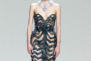 Дизайнеры создали коллекцию платьев из магнитов