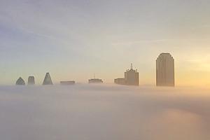 Дрон снял центр Далласа над облаками