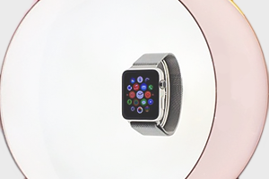 Фото: Apple выставила смарт-часы на витрине парижского модного бутика